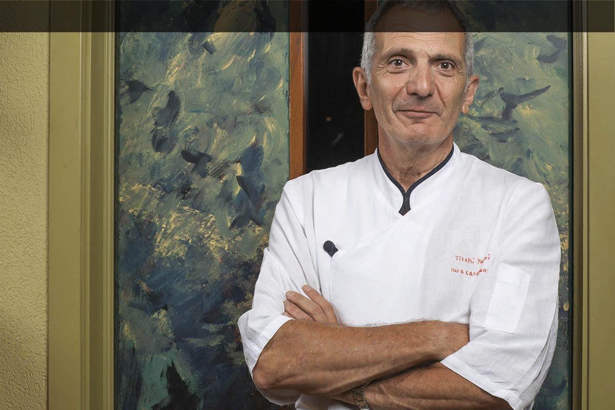 Lo Chef Luca Casablanca davanti l'ingresso della sua cucina
