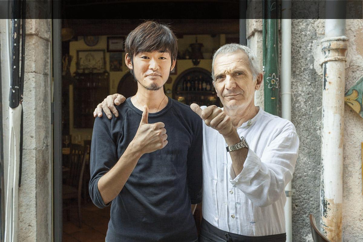 Luca Casablanca con uno stagista giapponese davanti l'ingresso di Tischi Toschi a Taormina